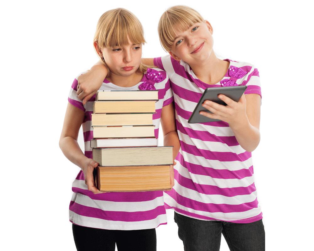 本を沢山持っている女の子とKindle持っている女の子の画像