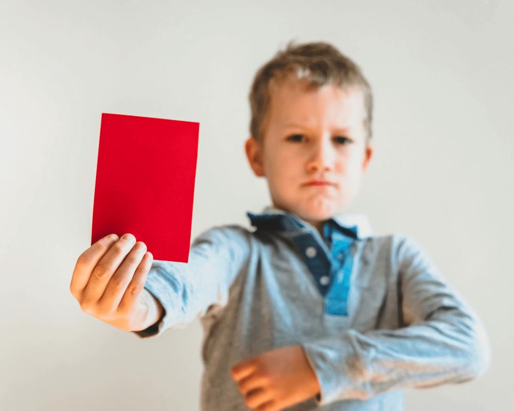 redカードを出している男の子の画像